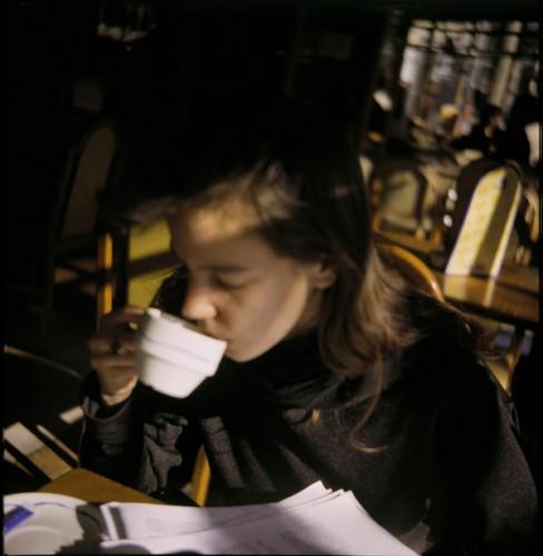 Edith boit du café au café.jpg