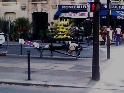 clochard, boulevard Raspail, misère, richesse, culpabilité, enrichissement, banc public